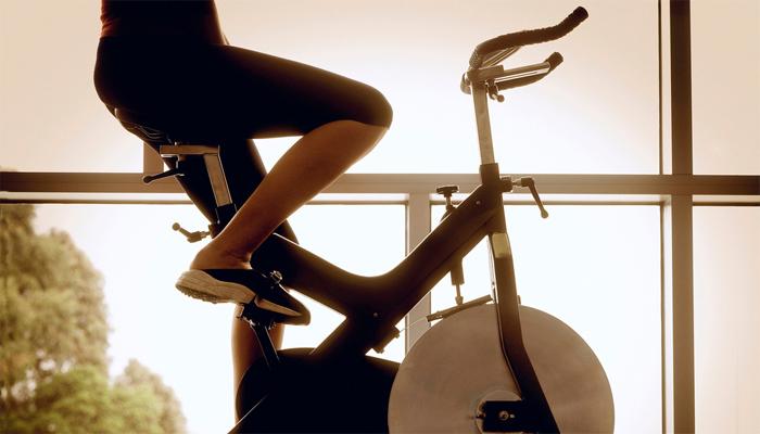 Обычный велотренажер Количество заездов: 5Время каждого: 20 минут С помощью обычного велотренажера, вы легко сможете привести в тонус мышцы спины, ног и ягодицы. Работа на эти участки тела считается традиционно трудной, ведь, чтобы прокачать их в достаточной степени, приходится выполнять несколько изолирующих типов упражнений. Начинайте занятие в легком темпе и, постепенно, переходите на комфортную вам, быструю скорость. Отдых между заездами не должен превышать четырех-пяти минут.