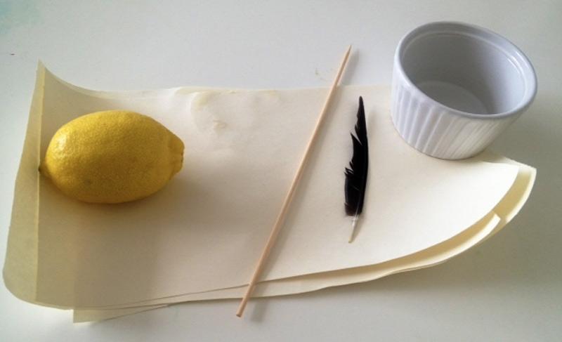 Тайное послание Ваше послание на бумаге не сможет прочитать никто, кроме адресата, если вы напишите его лимоном. Для приготовления невидимых чернил необходимо смешать сок лимона и несколько капель воды. Окуните в смесь подходящий инструмент вроде пера и той же ватной палочки и напишите им на бумаге сообщение. Дайте посланию высохнуть. Чтобы увидеть сообщение, письмо необходимо подержать над лампой и немного подождать, пока бумага нагреется и проявится надпись.
