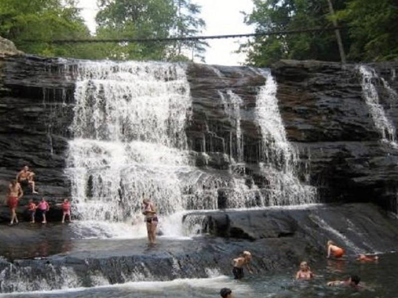 Парк Фолл Крик Фолс, Теннесси Главной достопримечательностью парка является каскадный водопад. Но туристы стремятся к нему не столько за фото, сколько за возможностью искупаться в его водах и прокатиться на естественных горках.