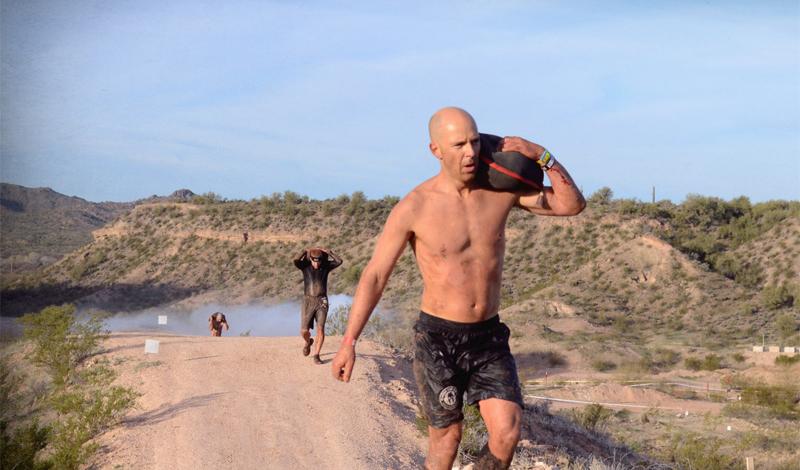 Переноска легкого песочного мешка на плече Упражнение 2B Количество повторов: 3Отдых между подходами: 30 секундРасстояние: 18 метров, смена плеча каждые 9Вес мешка: 36кг