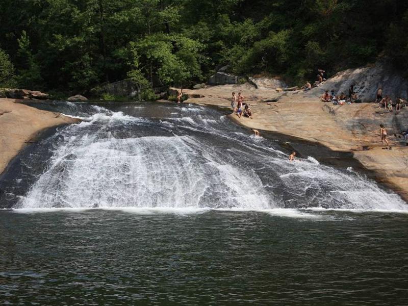 Парк Таллла Гордж, Джорджия Ущелье Таллла не такое большое как Гранд-Каньон. Тем не менее здесь есть на что посмотреть. Изучив все пешеходные тропы тут же можно освежиться в «природном аквапарке» водопада Бридал Вейл.