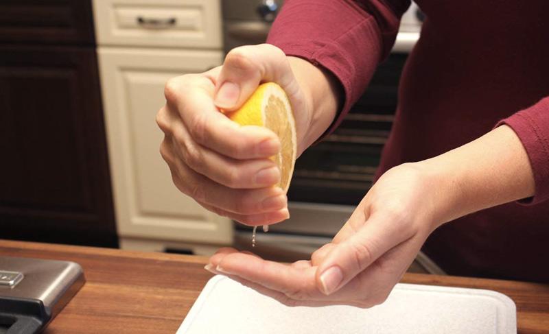 Избавиться от неприятного запаха Чеснок или рыба имеют свойства оставлять неповторимый «аромат» на ваших руках. Избавиться от него с помощью одного лишь мыла довольно проблематично. Сделать это будет гораздо проще, если под рукой есть лимон. Вымойте руки с лимонным соком и некоторым количества мыла. Таким образом вы устраните все нежелательные запахи.