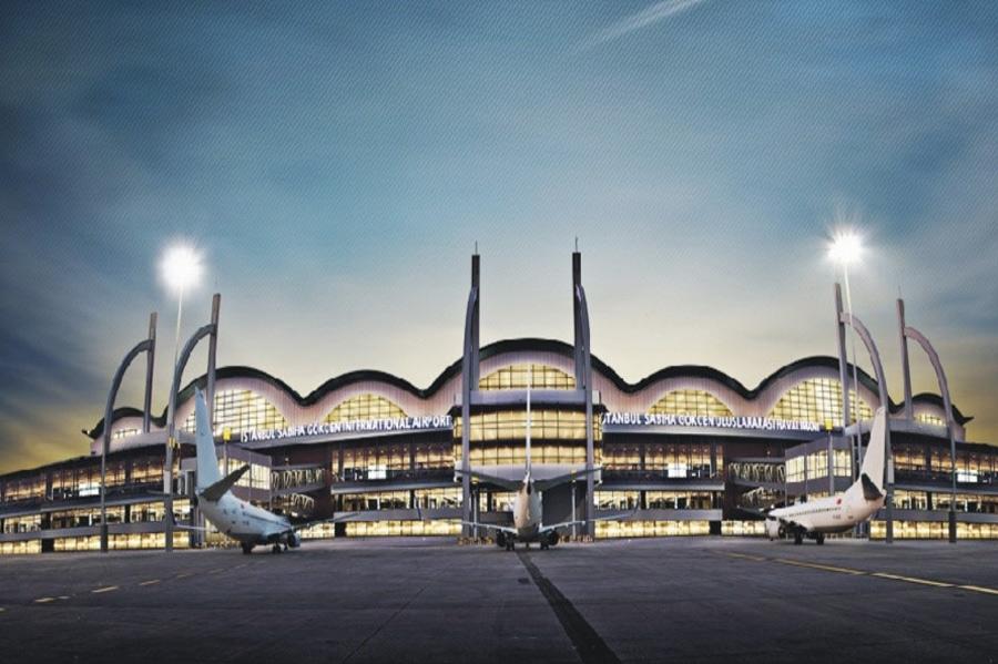 Стамбул, Турция Сценарий апокалипсиса: сильнейшее землетрясение По одному из сценариев апокалипсиса мир разрушит мощное, «великое землетрясение». При таком раскладе шансыспастись минимальны, но они все же есть. Временным убежищем может стать Международный аэропорт имени Сабихи Гёкчен в Стамбуле. Его новый терминал является самым большим в мире сейсмоустойчивым зданием. Сооружение может выдержать землетрясение силой восемь баллов, да еще и полностью функционировать после него.