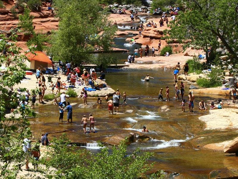 Государственный парк Слайд-Рок, Аризона Посетителей парка привлекают не только его ландшафты. На территории заповедника располагается также множество рек и мелких озер, которые в жаркую погоду превращаются в естественные бассейны с горками.