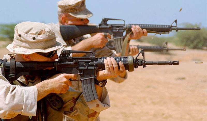 Наиболее известные модификации М4 В первую очередь, стоит указать уже упомянутый выше укороченный вариант винтовки — модельМ4. Хотя оружие было доработано по многим фронтам(ствольная коробка и сам отросток ствола были существенно модифицированы), большим изменением стала, все-таки, общая длина оружия. Укороченный ствол и телескопирующий приклад сделали винтовку более подходящей для современного поля боя. К тому же, в дополнительное снаряжение кМ4 стали включатьгранатомёт М203, что существенно повысило боевую мощь подразделения. К сожалению, техники не смогли решить основной проблемы: оружие все так же боится грязи.