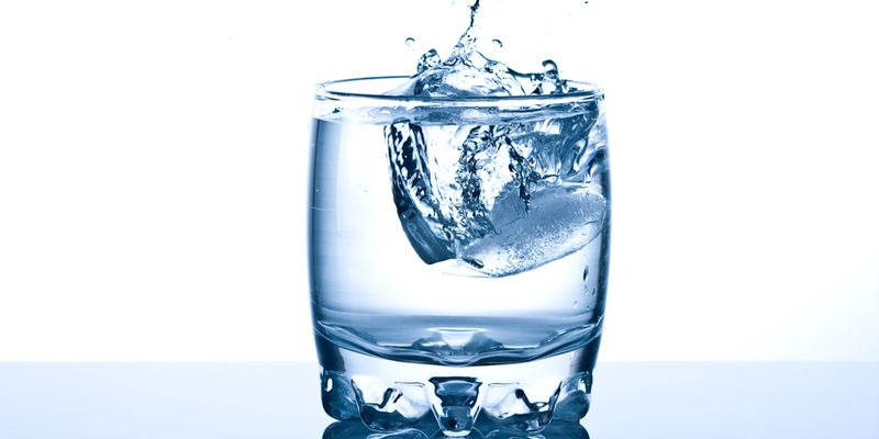 Открытая емкость Если вы когда-нибудь оставляли стакан воды на ночь, то, наверняка, замечали, что с утра ее вкус изменился. Это происходит не от порчи воды: ночь, и даже целые сутки — слишком короткий срок для этого. Суть в том, что открытый воздух делает воду немного более кислой, кроме того, сюда попадает пыль и микробы. Такую воду пить можно и через двое суток, главное помнить, что микробов и пыли становиться будет все больше.