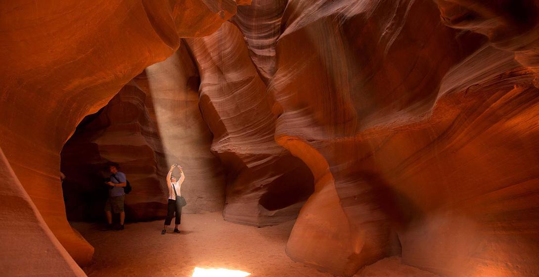 Каньон Антилопы, Аризона Песок и вода могут творить чудеса, особенно если посвятить этому несколько тысячелетий. Аризонские каньоны — безусловное чудо природы, которое поражает не только причудливыми формами, но и цветами пород, зажатыми в спектре от красного до коричневого.