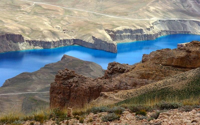 Озеро Банде-Амир Бамиан, Афганистан  Цепь из шести озер ярко-синего цвета, расположенных на территории первого национального парка Афганистана. Озера окружены горами Гиндукуша и отделены друг от друга скалами из известкового туфа, подпитывающего воду диоксидом углерода, который и придает ей насыщенный бирюзовый цвет.