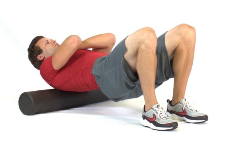 Не работать над собой между тренировками Если вы тягаете железо 3-4 раза в неделю, вероятно, вы мало или совсем ничего не делаете в другие дни. Сам по себе отдых – вещь хорошая, но активный отдых будет способствовать восстановлению. Поработав с фоам-роллером (просто лягте на него спиной), вы раскатаете забитые мышцы. Такой массаж позволит мышцам расслабиться и получить приток свежей крови, что поможет организму восстановиться быстрее.