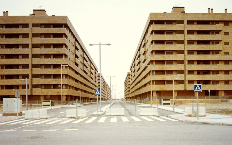 Сесенья, Испания Этот город, еще на этапе строительства получивший название «Мадридский Манхеттен» из-за близости к столице и фешенебельности квартир, был рассчитан на 30 тысяч человек. По причине экономического спада большая часть домов, которые должны были быть построены, не завершены, а их владельцы пытаются всеми правдами и неправдами избавиться от бремени, принесшего им столько убытков. Огромный туристический комплекс абсолютно пуст, и вы никогда не услышите здесь детского смеха и не почувствуете запаха готовящейся пищи.
