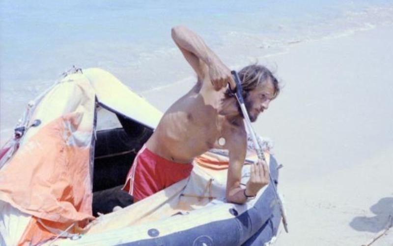 Стивен Каллахэн Осенью 1981 года на построенной собственными силами лодке Стивен попал в сильный шторм. Разбушевавшаяся стихия лишила его судна, и Стивену пришлось дрейфовать на спасательном плоту размером менее 2 метров. С затонувшей лодки он успел прихватить спальный мешок, аварийный комплект, аппарат для производства питьевой воды и руководство Дугала Робертсона по выживанию в море. Незапланированный «круиз» продолжался 76 дней, пока 20 апреля 1982 года плот не вынесло к острову Мари Галант, где Стивена обнаружили рыбаки.