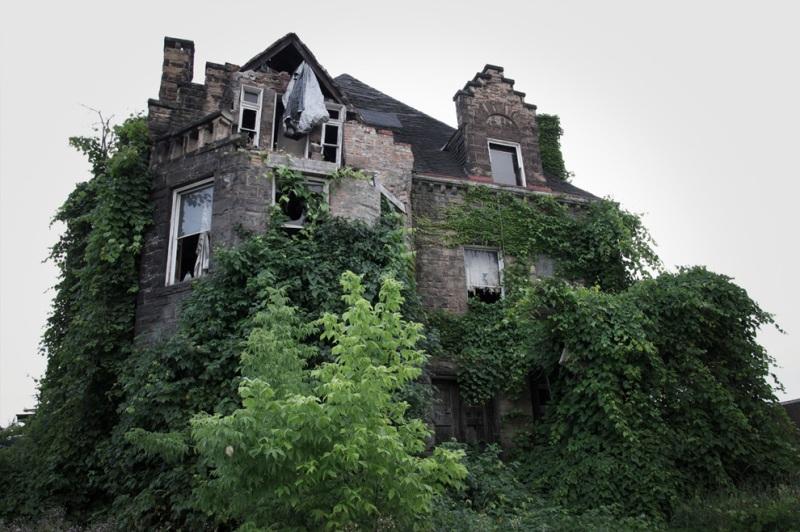 В начале 20 века в этом доме таинственным образом пропала жившая в нем семья. Расследование ничего не дало, но говорят, что жители потом неоднократно видели силуэты жильцов в окнах дома.