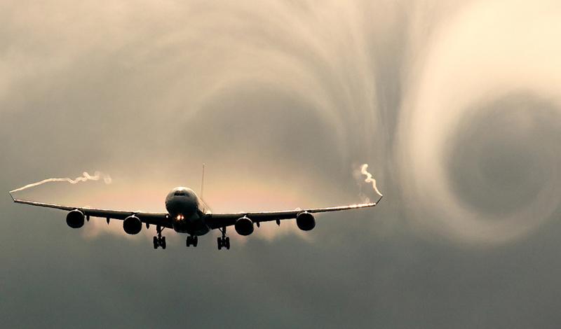 Тепловая турбулентность Тепловая турбулентность появляется из-за смешения теплого воздуха, который, в соответствии с физическими законами, поднимается наверх, где сталкивается с холодным фронтом. Такая турбулентность самолету совершенно не опасна, поэтому пилоты ее просто игнорируют.