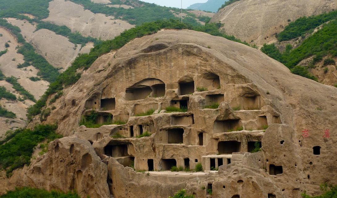 Янкинг Китай В 80-ти километрах от Пекина находятся великолепные пещеры Янкинг. Именно здесь были найдены остатки древних животных, которые использовались в китайской медицине в качестве костей дракона. Никто не знает, когда точно были построены эти дома: всего здесь расположено 117 пещер, в которых ученые нашли следы обитания человека.