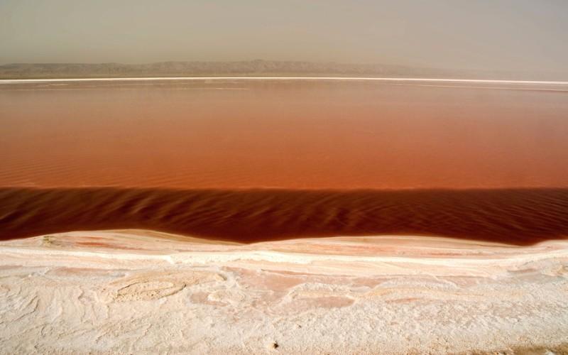 Соленые озера оазиса Тозер Тозер, Тунис  Ярко-оранжевый, цвета «Миринды», оазис Тозер у края пустыни Сахары включает в себя три озера: Шотт-эль-Феджедж, Шотт-эль-Джерид и Шотт-эль-Гарса. Когда пересыхающие за лето, покрытые толстым слоем песка и соли озера зимой вновь наполняются водой, их воды принимают множество оттенков, в том числе и оранжево-красный.