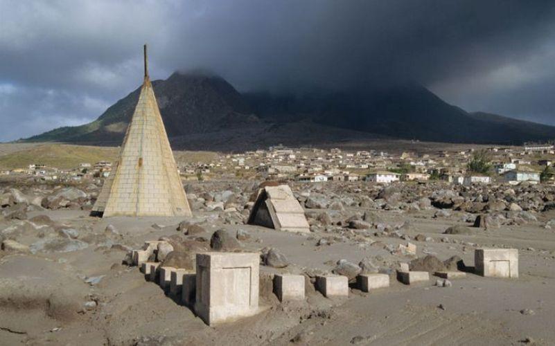 Плимут, Монтсеррат Город Плимут, основанный на острове Монтсеррат, британской колонии в Карибском бассейне, был погребен под слоем пепла и грязи в 1995 году, когда вулкан Суфриер-Хилс изверг из себя потоки лавы и камней. Половина горожан покинула остров к 1997 году, опасаясь повторного извержения, после которого, как они утверждали, здесь и камня на камне не останется. Впрочем, их опасения не подтвердились, но населена теперь только северная часть города. На сильнее пострадавшую от изверженияюжную часть проход строго запрещен.