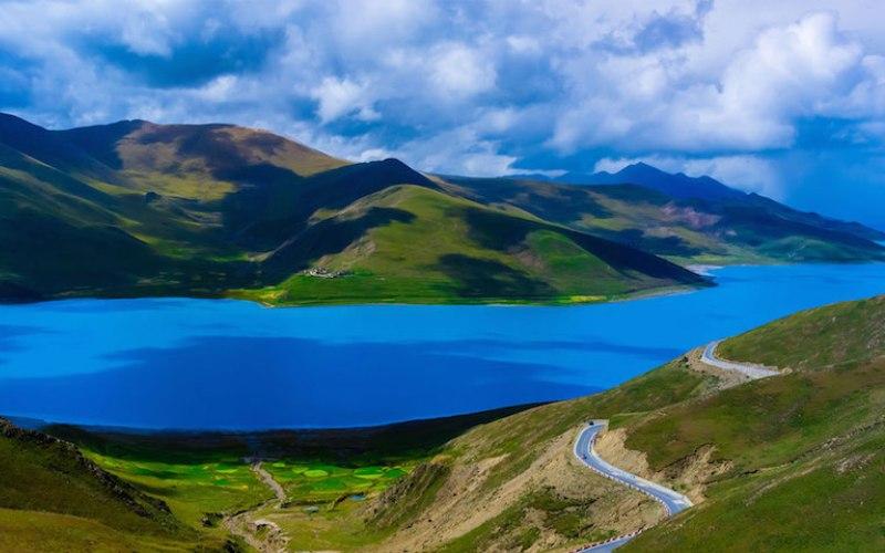 Озеро Ямджо-Юмцо Тибет, Китай  На фото Ямджо-Юмцо выглядит слишком фантастично, для того чтобы быть реально существующим местом. Озеро является священным, на одном из островов находится знаменитый монастырь Самдинь. Цвет этого высокогорного, окруженного горами водоема постоянно меняется и никогда не повторяется, как считают монахи.