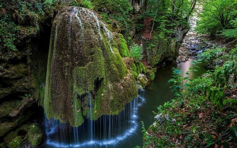 Водопад Бигар, Румыния Уникальная форма и изумрудно-зеленое моховое покрытие сделали этот водопад похожим на большой 8-метровый гриб. Вода, стекающая серебристыми струйками по «шляпке» гриба, дополняет эффектное зрелище.