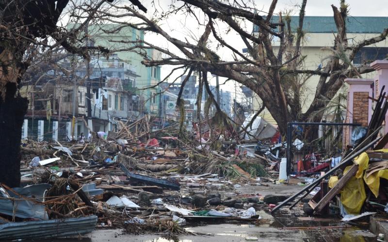 Тайфун Бхола В ночь на 13 ноября 1970 года на прибрежные районы Восточного Пакистана (ныне Народная Республика Бангладеш) обрушился невероятный по силе тайфун. Ураганный ветер, чья скорость доходила до 240 км/ч, поднял из океана мощную волну высотой до 8 метров. Гигантская стена воды прошлась над цепью густонаселенных островов и дельтой Ганга, снося мосты, разрушая магистрали и стирая с лица Земли целые поселки вместе с жителями. Число погибших по разным оценкам колеблется от 500 тысяч до миллиона человек. Всего от разбушевавшейся стихии пострадало свыше 10 миллионов человек.