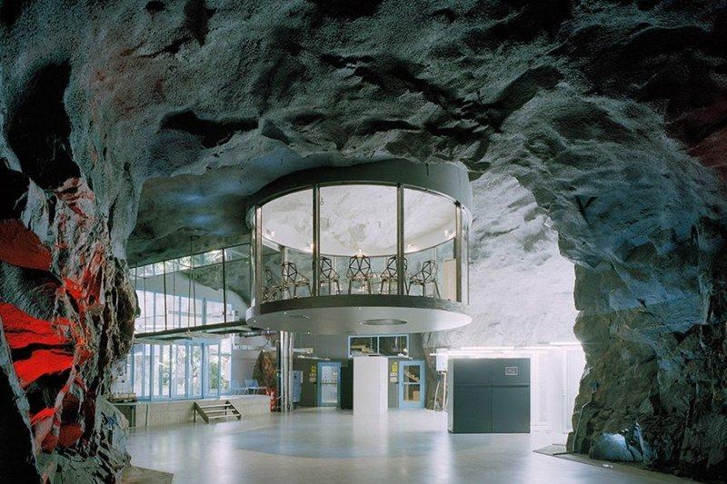 Бункер WikiLeaks в Стокгольме Мало кто знает, что под одним из самых престижных районов шведской столицы скрывается ядерный бункер, построенный в холодную войну. Так и не использовавшееся по назначению убежище в 2008 году было переоборудовано в центр обработки данных на 8000 тысяч серверов, два из которых принадлежат сайту WikiLeaks. Внутри бункера, напоминающего декорации из фильмов про Джеймса Бонда, и ради которого любой злодей мирового масштаба продал бы родную мать, всегда тепло, душно и очень влажно. Здесь, как в теплице, выращивают тропические растения, которые никак не выжили бы в холодном климате снаружи.