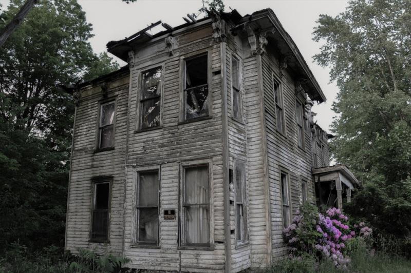 В этом доме в Буффало жил местный шериф, который покончил жизнь самоубийством. Дом опустел, но жители неоднократно жаловались в полицию на голоса, доносившиеся из здания. Проверки строения результатов не дали.