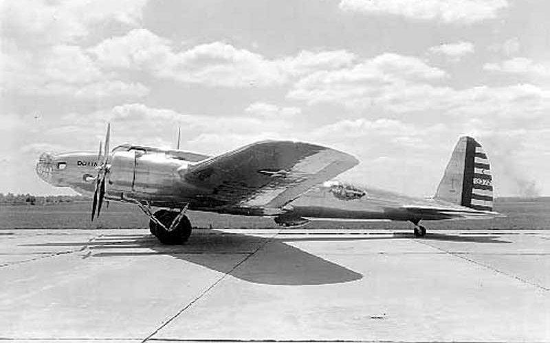 Модель 299 Первый опытный самолет фирмы «Боинг» получил наименование «модель 299» и позже был переименован в В-17. В рамках тендера, проводившегося армейским авиационным корпусом США (будущие ВВС США), был построен бомбардировщик, способный лететь быстрее 200 миль в час с большим грузом бомб. Выиграть конкурс инженеры «Боинга» смогли благодаря тому, что были единственными среди всех конкурсантов, кто установил на своей прототип больше двух двигателей.
