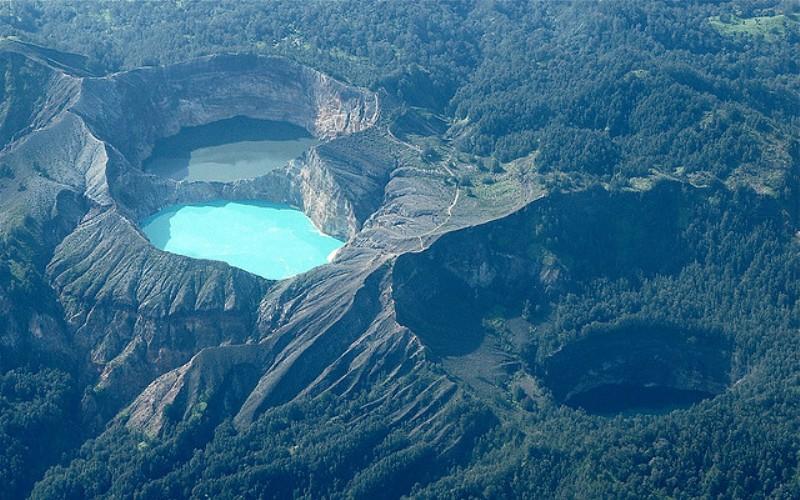 Келимиту Остров Флорес, Индонезия  На острове Флорес вокруг действующего вулкана Келимиту расположились три озера, каждое из которых имеет свой окрас (красный, синий и зеленый), несмотря на то, что они расположены на одной высоте. Считается, что так получилось благодаря химическим реакциям, вызванным вулканической деятельностью, и в каждом озере растворены различающиеся минералы.