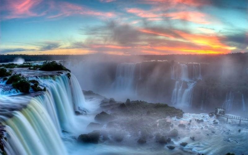 Водопады Игуасу, Аргентина, Бразилия Говорят, что когда Элеонора Рузвельт увидела комплекс водопадов Игуасу, она произнесла только: «бедная Ниагара». И неудивительно, ведь Игуасу представляет собой огромный, раскинувшийся на площадь 2,7 километров комплекс водопадов, расположенный на стыке двух государств – Аргентины и Бразилии.