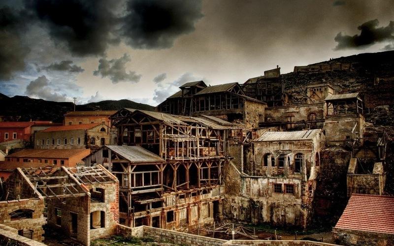 """Арджентьера, Италия Бывший шахтерский городок, основанный в Сардинии, Арджентьера берет свое имя от серебряных рудников («argento"""" – серебро), находившихся здесь. Когда залежи серебра начали постепенно иссякать, и рудники, в конце концов, прикрыли, жители устремились на поиски лучшей доли, оставив это довольно жутковатое место."""