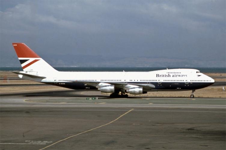 9 British Airways Год аварии:1982Модификации:информирование об извержениях вулканов Авария, произошедшая на борту рейса 9 British Airways, получила название Джакартский инцидент. Во время полета Boeing 747-236B из Лондона в Окленд у самолета внезапно отключились все четыре двигателя, при этом ни одна из бортовых систем не показывала наличие каких-либо неисправностей, а салон самолета стремительно наполнялся дымом. Связавшись с диспетчерами ближайшего аэропорта, которым оказался Джакарта, борт приступил к аварийной посадке, а точнее —планированию. При снижении на высоте в 13 000 футов пилотам удалось запустить сначала один, а потом и остальные двигатели. Несмотря на потерю прозрачности ветровых стекол, пилоты посадили самолет. Все 263 пассажира рейса 9 British Airways выжили.Причиной отказа всех двигателей стало облако вулканического пепла, выброшенное вулканом Галунгунг. Оно нарушило течение воздуха в двигателях, вызвав их перегрев и отключение.Инцидент стал более чем наглядным примером того, что информация об извержениях вулканов должна передаваться авиационным службам.