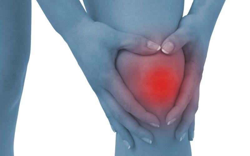 Учи матчасть Важно знать, как тело реагирует на травмы, чтобы назначить соответствующее лечение. Когда мышцы и связки травмированы, в ответ на воспаление организм реагирует повышением кровоснабжения в поврежденной области. Это приводит к жару и покраснению. Цитокины (полипептидные медиаторы) приводят к опуханию, при этом давление на неупругие мембраны мышц вызывают боль. Острые повреждения мягких тканей, таим образом, можно определить по этим четырем признакам: жар, покраснение, отек и боль. Охлаждение льдом может уменьшить реакцию на воспаление и снять боль.