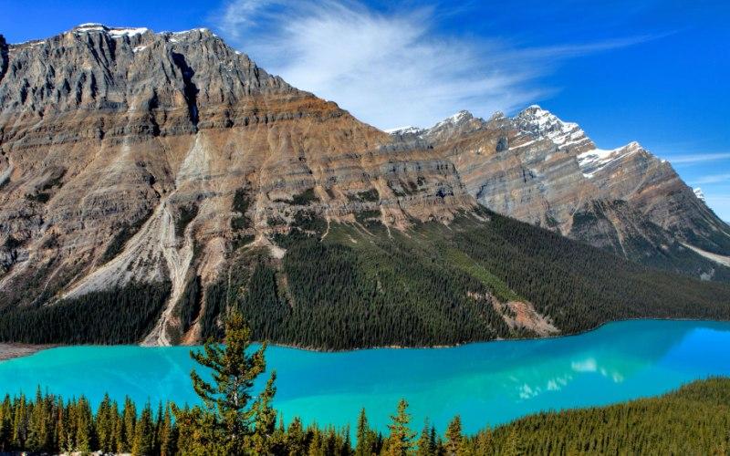 Озеро Пейто Альберта, Канада  Озеро Пейто в национальном парке Банф обязано своим цветом горной муке, которой полны эти воды. Мельчайшие частицы ледникового осадка придают водоему нереально красивый оттенок бирюзы.