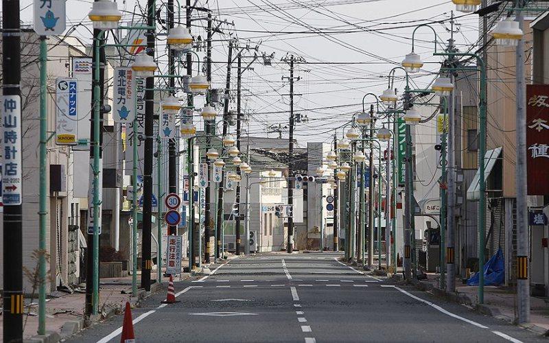 Томиока, Япония До аварии на атомной электростанции в городе Томиока жило около 11 тысяч человек. 11 марта 2011 года после цунами и землетрясения, ставших причиной трагедии, местность вокруг АЭС стала зоной отчуждения. В городе живет всего один человек – Мацсусимо Наото – отказавшийся покинуть свой дом, находящийся, как вся Томиока, в зоне с повышенным уровнем радиации.