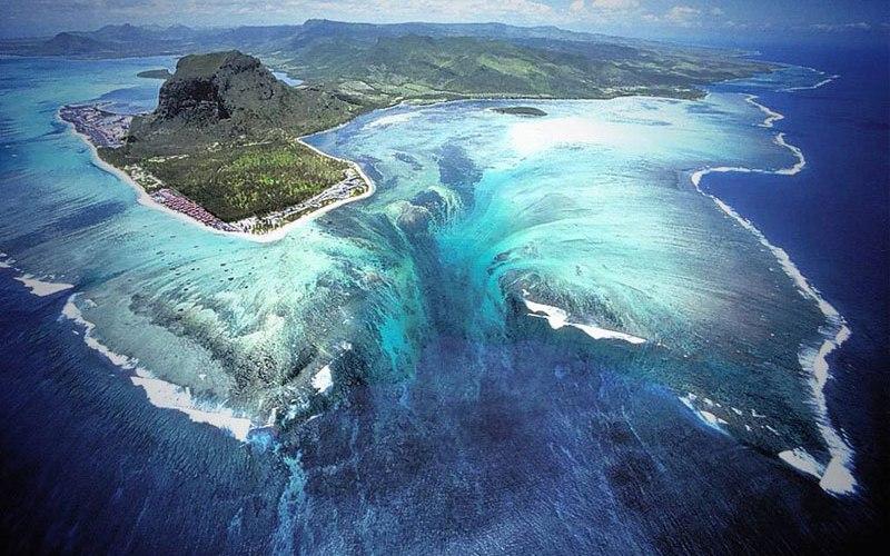 Подводный водопад, Маврикий У побережья полуострова Леморн Брабант находится необычный подводный водопад. Каким-то непостижимым образом вода стремится с песчаных отмелей прямо в океаническую бездну.