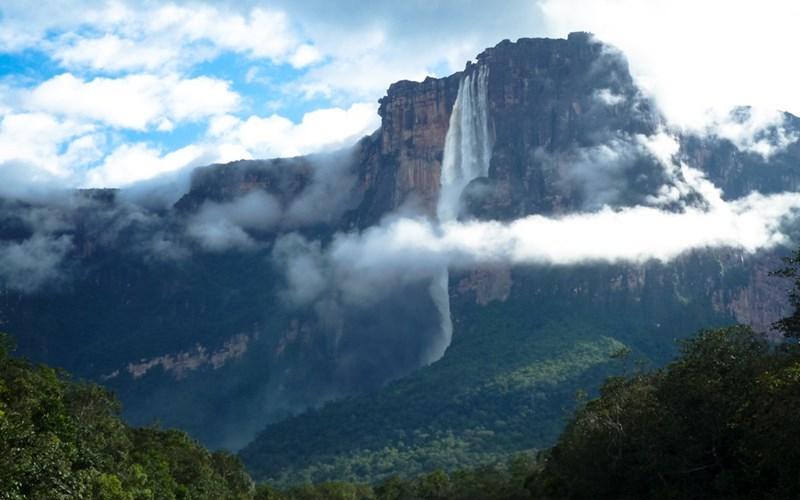 Водопад Анхель, Венесуэла Анхель является обладателем звания самого высокого водопада в мире, и, несмотря на то, что он находится в непроходимых джунглях, каждый год у его подножия собираются тысячи туристов. Его высота в 15 раз превышает высоту Ниагарского водопада.