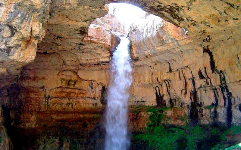 Водопад Баатара, Ливан Баатара был открыт только в 1952 году. Этот водопад кажется декорацией к фантастическому фильму. Вода падает между тремя каменными мостами и низвергается прямо в огромную известняковую пещеру Юрского периода.
