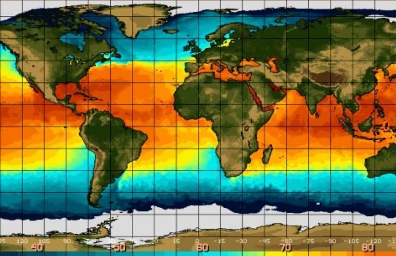 Что такое Южная осцилляция Эль-Ниньо или Южная осцилляция – это колебание температуры поверхностного слоя воды в экваториальной части Тихого Океана. Восточные ветры обычно остужают эти области. Однако раз в несколько лет они ослабевают, и тогда вода в центральных регионах и воздух над ней прогреваются значительно выше нормы.Теплая вода поднимается на поверхность океана и, смещаясь вдоль экватора к Америке, влияет в глобальном масштабе на климат. Впервые термин «Эль-Ниньо» был использован в 1892 году на конгрессе Географического общества в Лиме. Капитан Камило Каррило сообщил, что название «Эль-Ниньо» теплому северному течению дали перуанские моряки, так как лучше всего его видно на католическое Рождество. В 1923 году Гилберт Томас Уокер занялся исследованием зональной конвекционной циркуляции атмосферы в приэкваториальной зоне Тихого океана и ввел термины «Южная осцилляция», «Эль-Ниньо» и «Ла-Нинья». Его работа до конца ХХ века оставалась известной лишь в узких кругах, пока не была установлена связь Эль-Ниньо с изменением климата планеты.