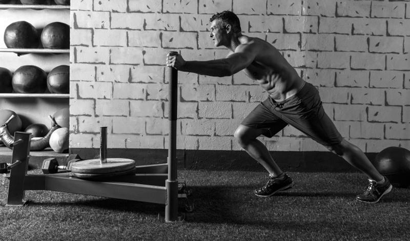 Первый сет Этот сет делается на силу — именно поэтому он стоит первым в списке. Каждое из трех упомянутых упражнений нагружает, так или иначе, все мышцы тела. Важно помнить, что перерыв между подходами не должен превышать 5-10 секунд. Итак: — обычная планка (2 минуты) — 50 отжиманий из обычной стойки — 50 приседаний.