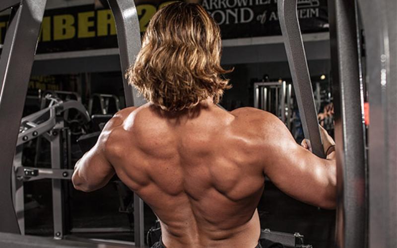 Игнорирование мышц спины Когда вы сосредоточены на построении рельефных мышц груди и руки, очень просто забыть про основу и опору нашего тела – спину. Возможно, это связно с тем, что ее трудно разглядеть в отражении в зеркале. Зачем тренировать то, что не видно? Все дело в балансе: когда спина не натренирована, создается эффект «узких плеч» и тело выглядит непропорционально.