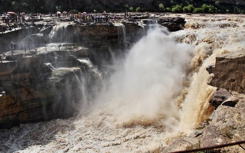 Водопад Хукоу, Китай Хукоу является вторым по величине водопадом в Китае, и он примечателен тем, что цвет его вод имеет уникальный золотисто-желтый цвет. Желтый окрас воде придают частицы рыхлого грунта, поднимаемые течением.