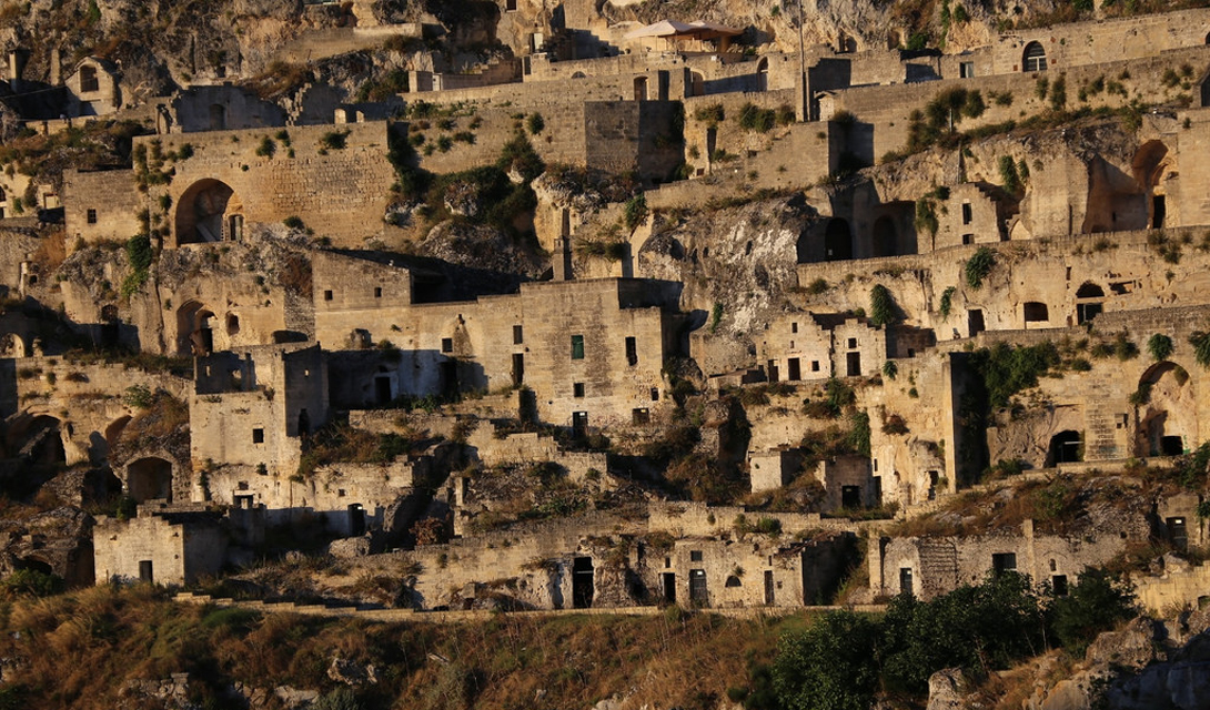 Сасси-ди-Матера Италия Дома вырезаны прямо в горе, а местные жители были первыми людьми, поселившимися в Италии. До 1950 года пещеры использовались в качестве жилья местными беднейшими слоями населения — правительство переселило этих людей в специально созданные кварталы, а здесь устроили туристический памятник.