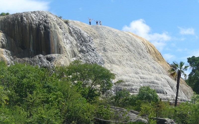 Окаменевший водопад Иерве эль Агуа, Мексика Hierve el Agua в переводе с испанского означает «кипящая вода» —это название происходит от пузырящихся минеральных источников. Издалека Иерве эль Агуа напоминает водопад, замороженный на склоне горы, но на самом деле это месторождение полезных ископаемых, созданное насыщенной минералами водой, лениво стекающей по скалам. Вода формирует сталактиты, подобные тем, что находят в пещерах.