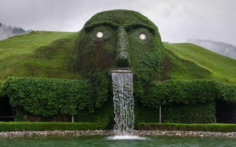 Хрустальные миры Swarovski, Австрия Под головой великана, чьи глаза сделаны из зеленых кристаллов, расположен музей хрусталя, созданный к 100-летнему юбилею фирмы Swarovski. Изо рта великана постоянно извергаются потоки воды, что делает это фантасмагорическое зрелище просто незабываемым.