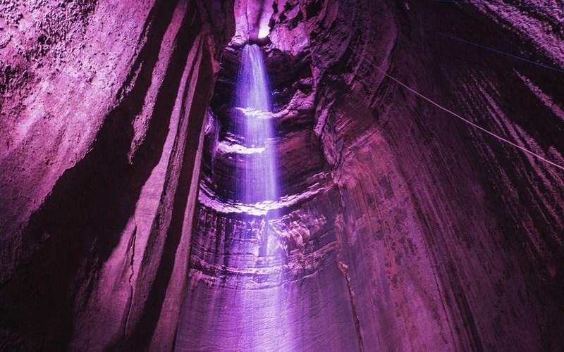 Подземный водопад Руби-Фоллс, Теннеси В отличие от некоторых пещерных водопадов, где вода льется через отверстия в пещерах, Руби-Фолсс целиком находится под землей. 45-метровый водопад является одной из главных достопримечательностей штата Теннеси, США. Вода, подсвеченная специально установленными неоновыми лампами, падает в кристально чистое подземное озеро.