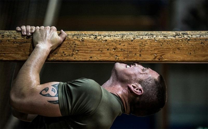 Двигайся постоянно И в физическом плане, и в ментальном. Это правило морских пехотницев распространяется даже на генералов: никто не имеет право вдруг взять и перестать совершенствовать свои навыки. Технически грамотному специалисту солдаты доверяют свои жизни. Подумай, доверил бы ты свою жизнь самому себе? Точно. И чтобы ответ на это всегда был положительным — продолжай работать.