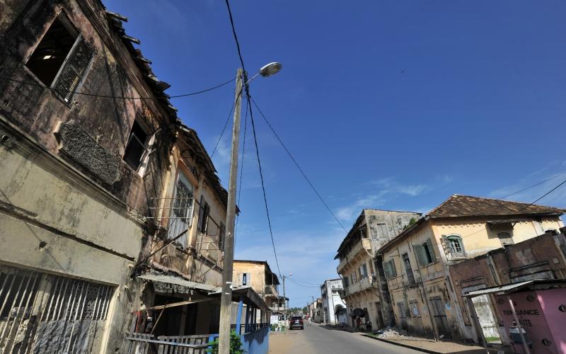 Гранд-Бассам, Кот-д'Ивуар Этот французский город оставался главным портом и колониальной столицей Кот-д'Ивуара вплоть до 1896 года, когда здесь вспыхнула эпидемия желтой лихорадки. Многие поселенцы умерли или сбежали из города, пустующего до сих пор.