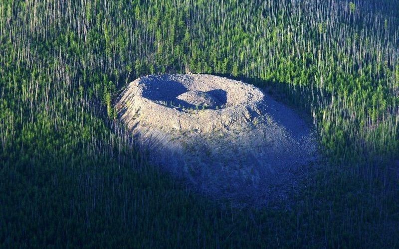 Гипотеза падения метеорита Именно на этой версии настаивает сам первооткрыватель кратера, Вадим Колпаков. Некоторые заходят еще дальше и связывают Патомский кратер со знаменитым Тунгусским метеоритом, чьи останки так и не были обнаружены. Но кратер своей формой мало напоминает воронку, обычно остающуюся после удара метеорита об Землю. Так что и эту гипотезу пришлось отмести.