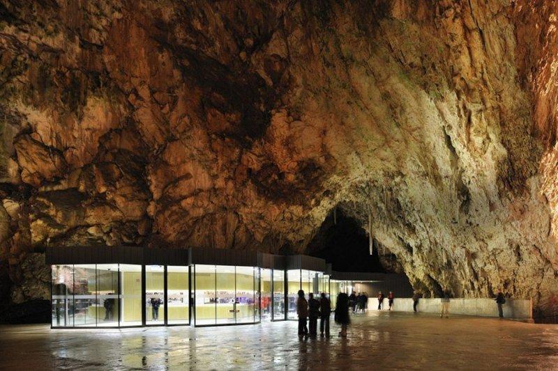 Пещера Постойна яма, Словения Возраст Постойны, одной из самых крупных пещер, сформировавшихся в известняковых породах, составляет не меньше 70 миллионов лет. В раскинувшемся почти на 20 километров подземелье можно запросто заблудиться, и если вы твердо решили исследовать эту пещеру, заранее напишите весточку вашим близким о том, где вас искать. Оставить послание можно прямо не выходя из пещеры: внутри нее работает единственное в своем роде почтовое отделение.