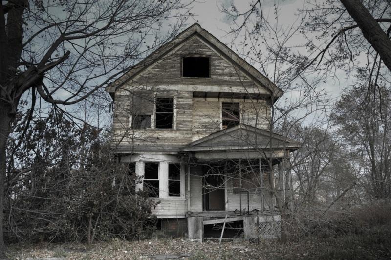 Если верить истории, в этом доме жила семья с четырьмя детьми. После того как родители совершили двойное самоубийство, на протяжении 10 лет дети росли одни в этом доме.