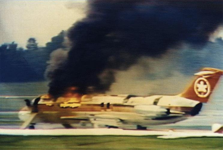 Air Canada 797 Год аварии:1983 Модификации:детекторы дыма, автоматические установки пожаротушения  Следуя по маршруту Далласа-Торонто, на высоте 10 километров пилоты почувствовали запах гари. Вскоре по салону быстро начал распространяться густой черный дым и самолет приступил к экстренному снижению. Спустя 30 минут после обнаружения неполадки борт приземлился в аэропорту Цинциннати. Однако едва приземлившись, буквально через пару минут самолет загорелся. Из 46 пассажиров лайнера спастись удалось только 23. После изучение обломков специалисты из NTSB установили, что за стенкой туалета произошло возгорание. Пассажиры и экипаж самолета видели же только дым. Неограниченный доступ воздуха при эвакуации превратил скрытое пламя в мощную огненную волну, моментально спалившую весь лайнер. Все самолеты было решено оборудовать детекторами дыма, автоматическими установками пожаротушения, а в салоне сделать специальные указатели, которые будут показывать направление к аварийному выходу.